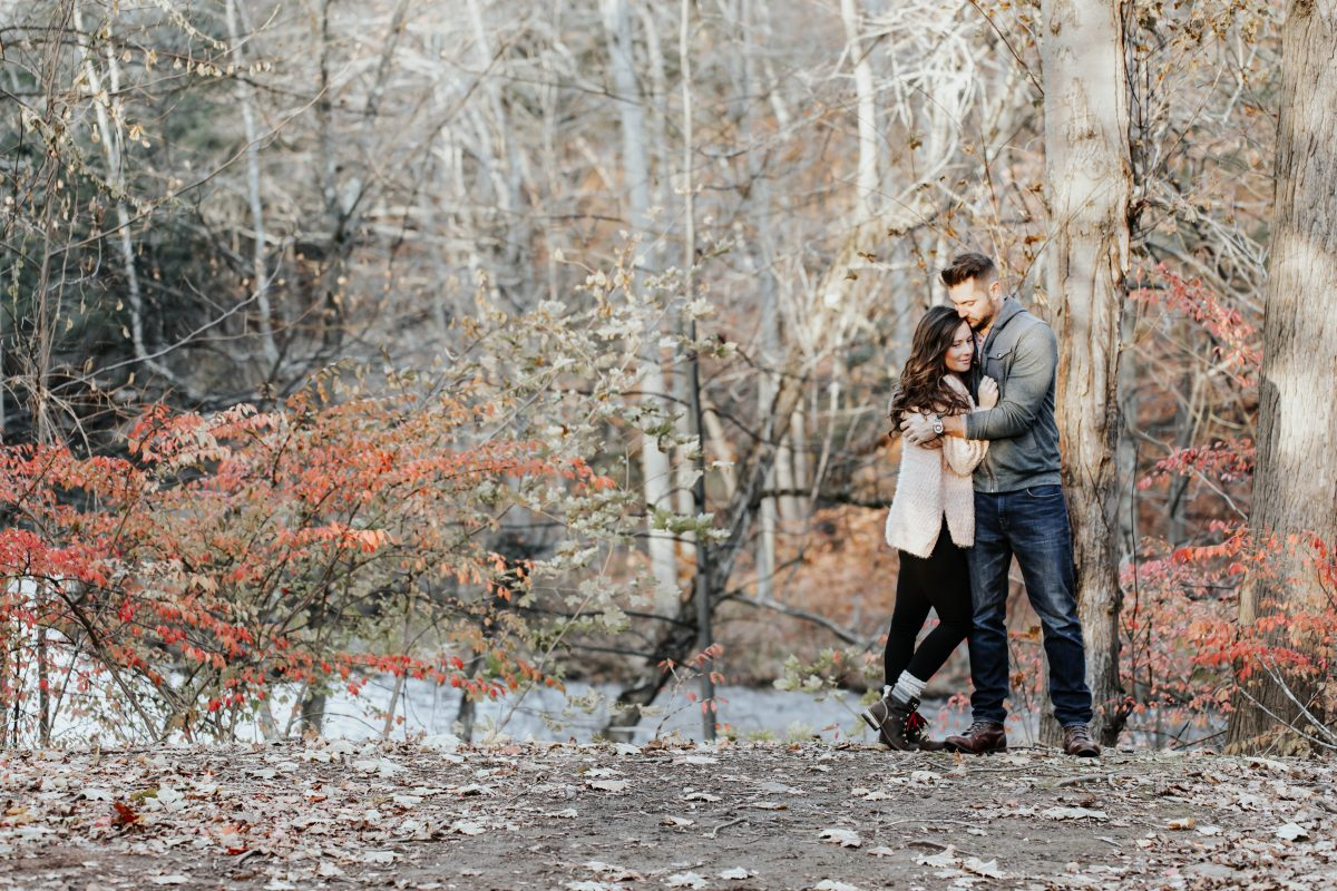 husband and wife hugging outdoor anniversary shoot